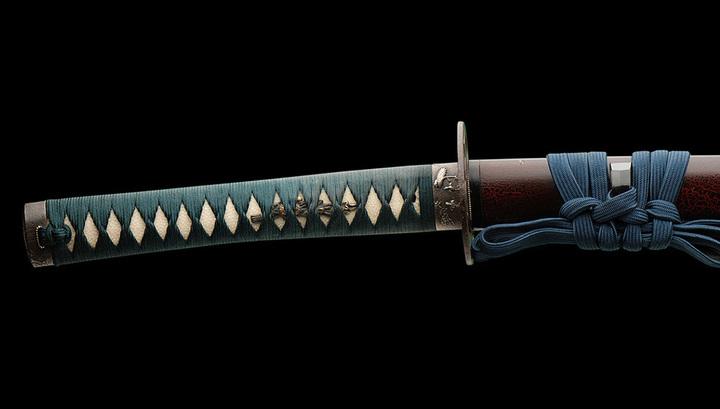 Современная реплика древнего японского меча, катаны. В прорезях обмотки рукояти видна мелкозернистая, шершавая поверхность кожи ската