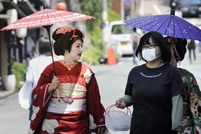Просто гейша, просто гуляет по Киото с подругой