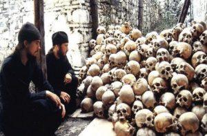 монахи и черепа