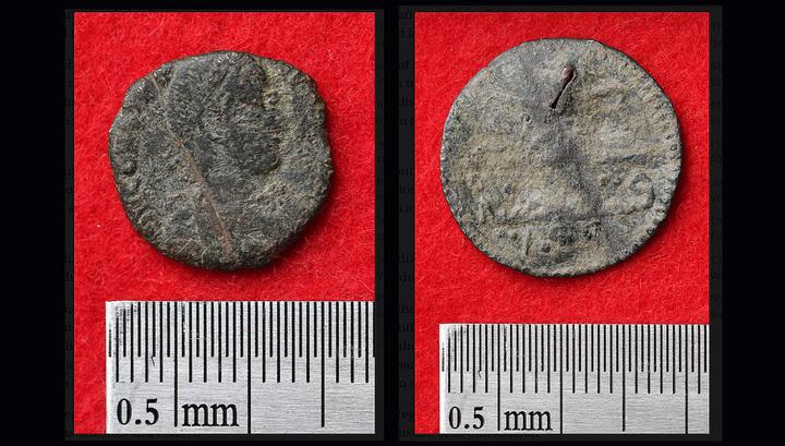 Монеты, найденные при раскопках замка Кацурэн. Слева — древнеримская, справа — османская